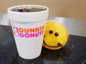 Dunkin-Donuts-mua-nuoc-tang-mien-phi-banh-1