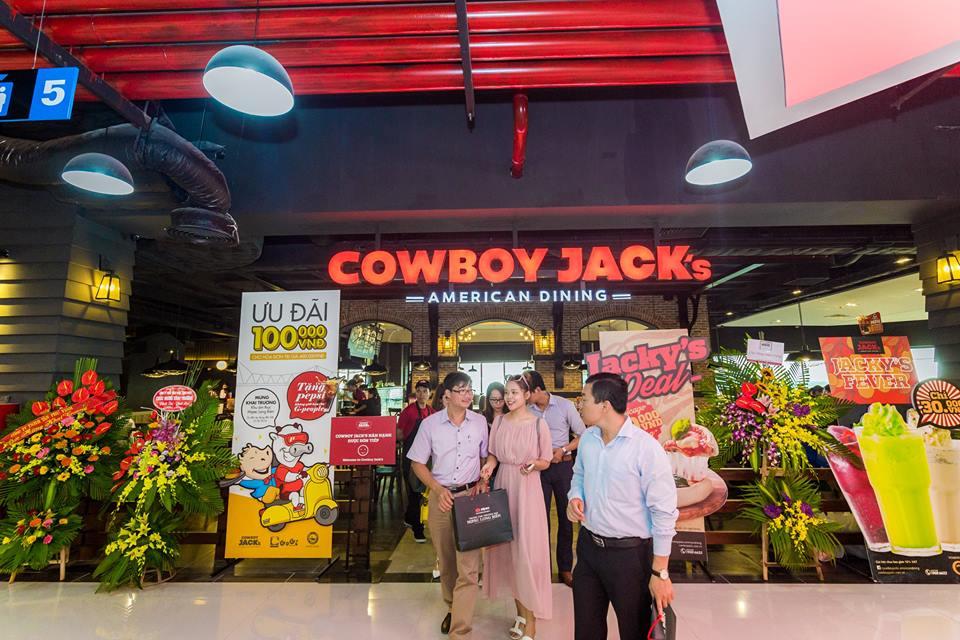 cowboy-jacks-mipec-long-bien-khai-truong-tang-qua-ran-ran