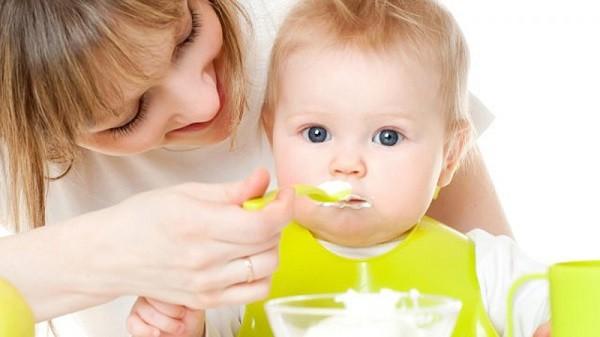 thực đơn ăn dặm cho bé 5 tháng tuổi